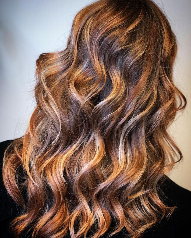 Mèches blondes cuivrées claires sur cheveux foncés