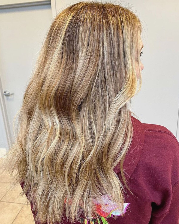 cheveux blonds sales avec des mèches blondes claires