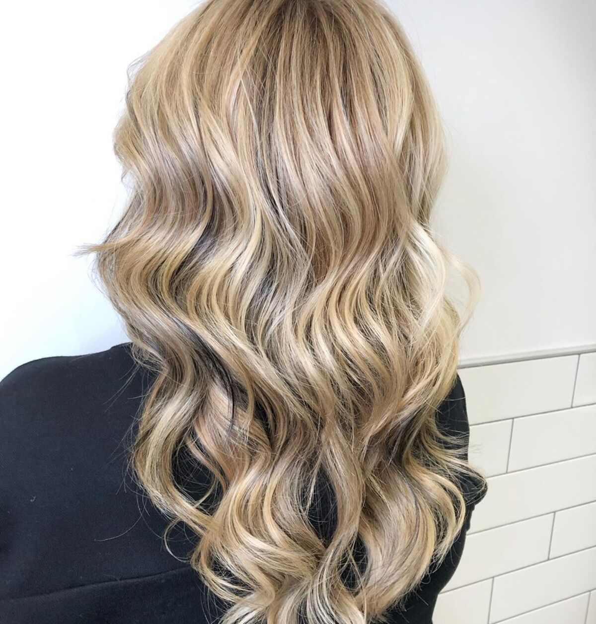 Cheveux platine avec des mèches blond clair