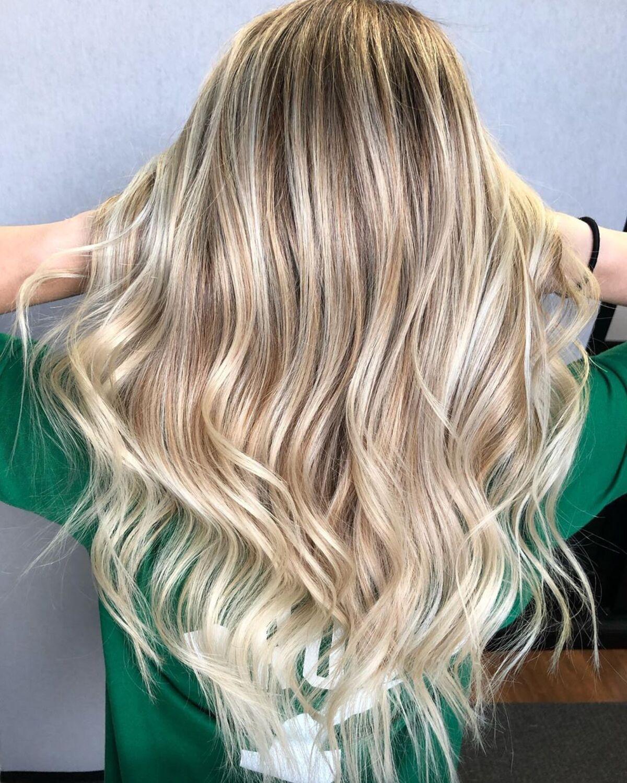blond foncé avec des mèches blond clair