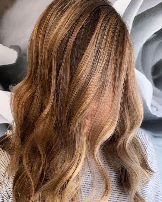 cheveux bruns avec des reflets blonds clairs