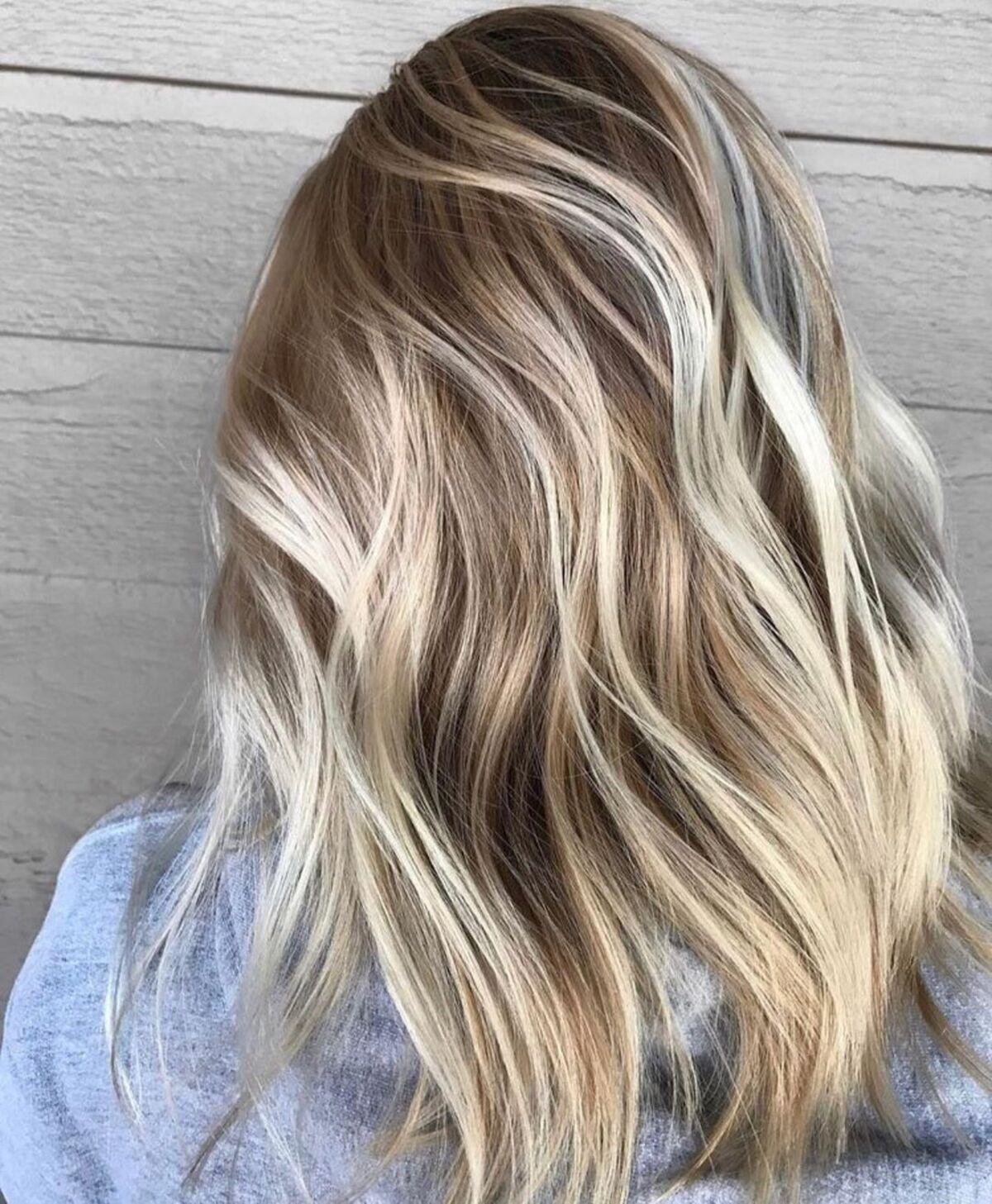 Mèches blondes claires avec mèches basses