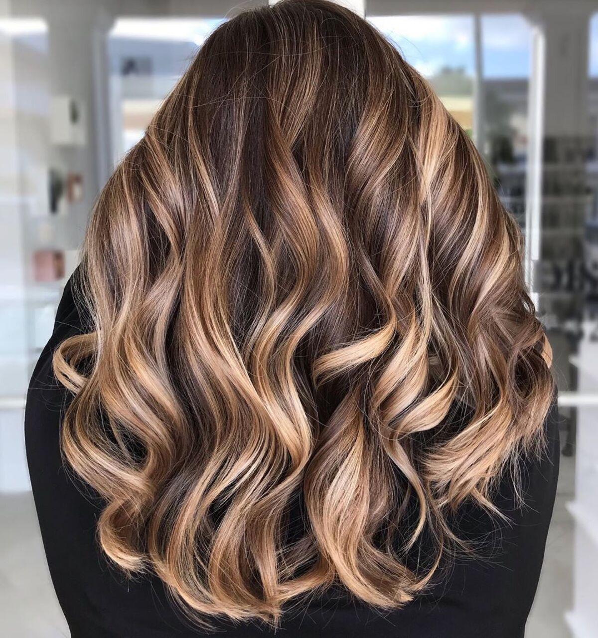 cheveux bruns foncés avec des mèches blondes claires