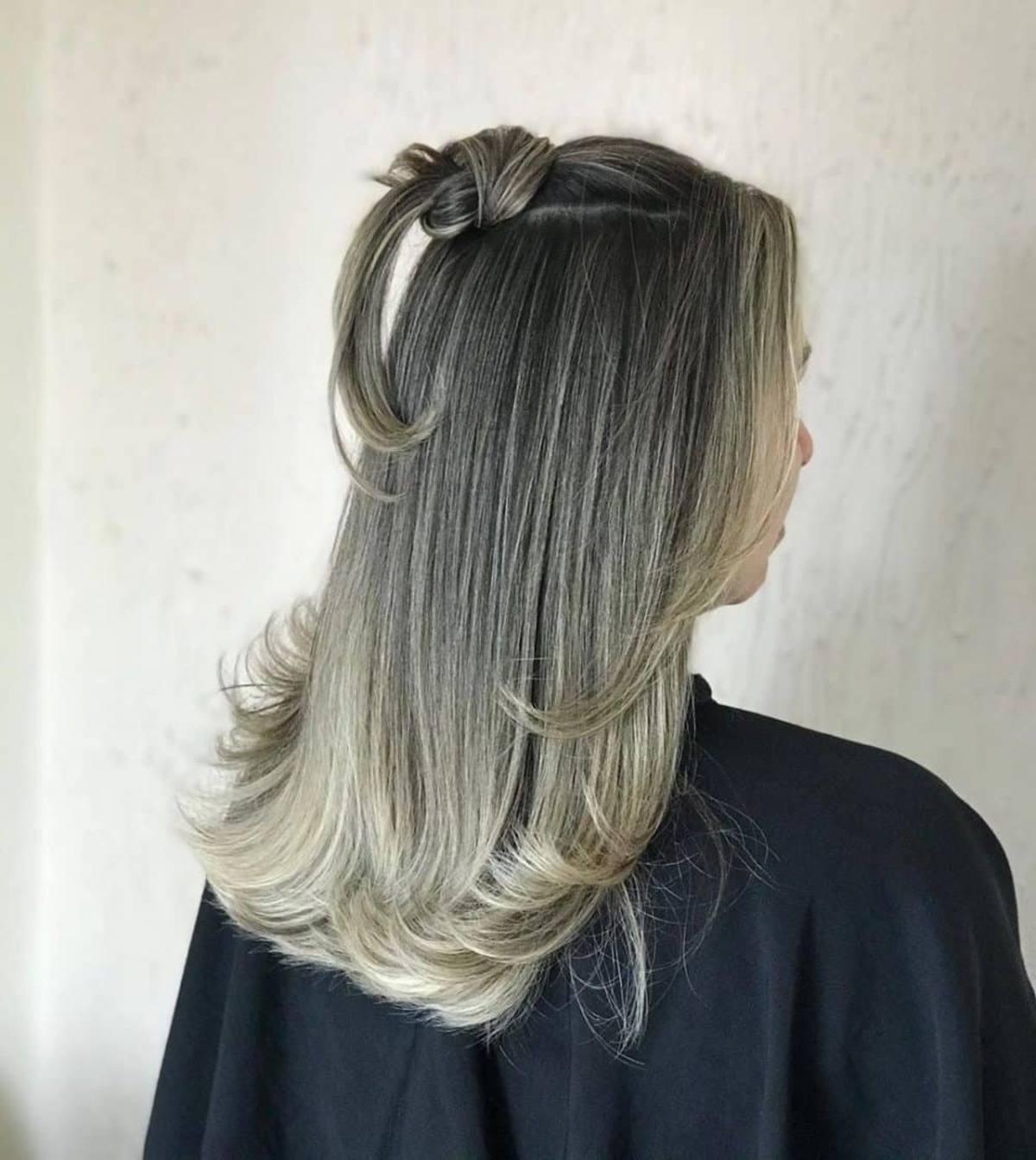 mèches blondes claires sur cheveux noirs