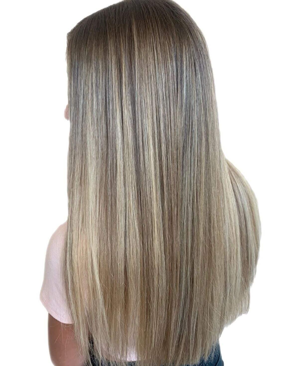 brun cendré clair avec des mèches blond doré clair