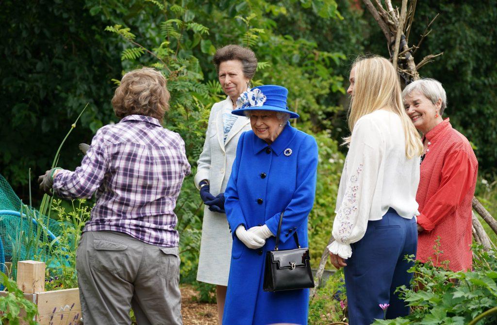 La reine Elizabeth II et la princesse Anne, princesse royale, visitent le Children's Wood Project, un projet communautaire à Glasgow, dans le cadre de son traditionnel voyage en Écosse pour la semaine de Holyrood, le 30 juin 2021.