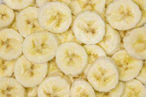 Morceaux de bananes hachées empilés les uns sur les autres.