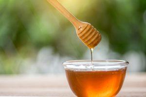 Bol de miel et verre de miel