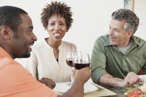 Des amis prennent du vin en dînant ensemble