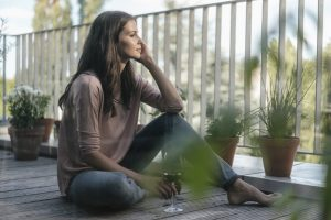 Femme assise sur un balcon