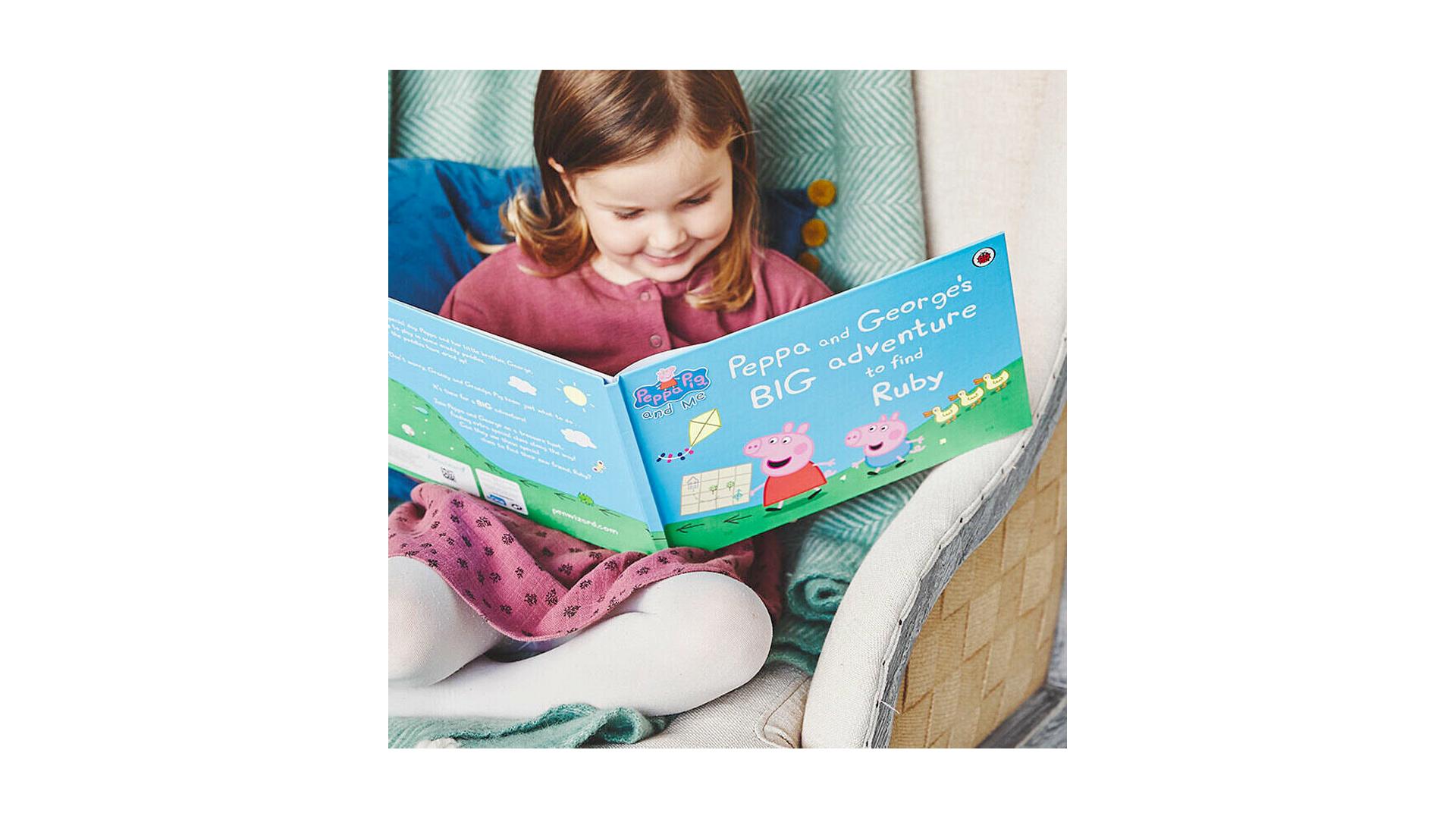 Un enfant qui lit son livre Peppa Pig