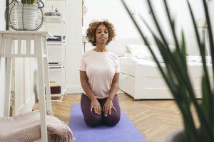 Jeune femme pratiquant le yoga pour soulager les crampes de règles.