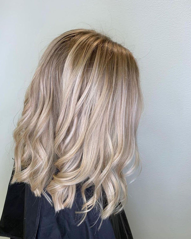 Cheveux blond champagne avec mèches