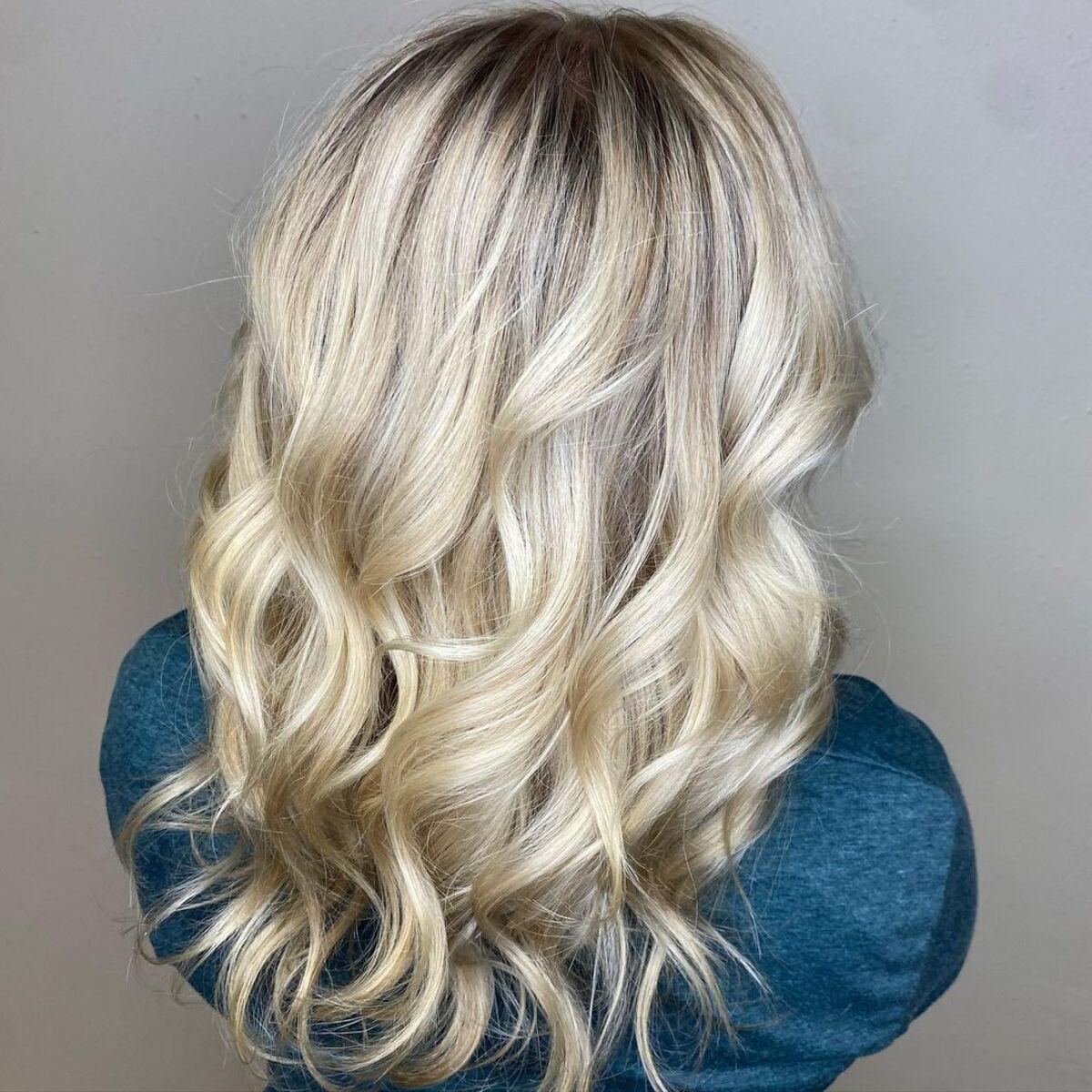 Cheveux blonds champagne avec des racines ombrées
