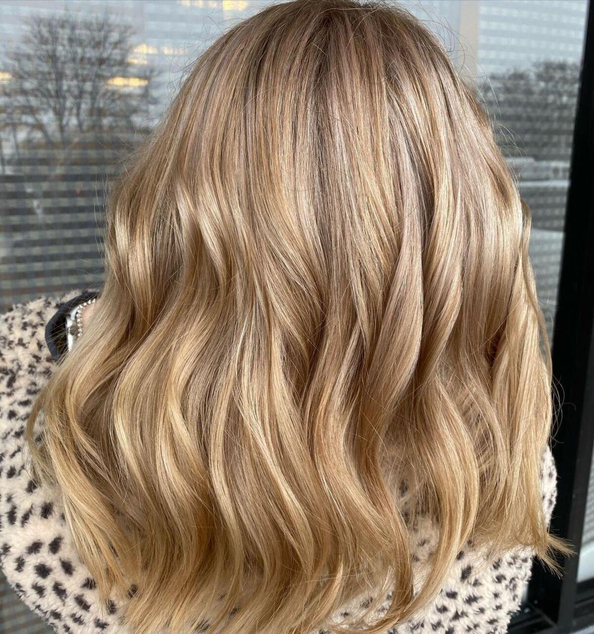 Blonde champagne sur cheveux bruns