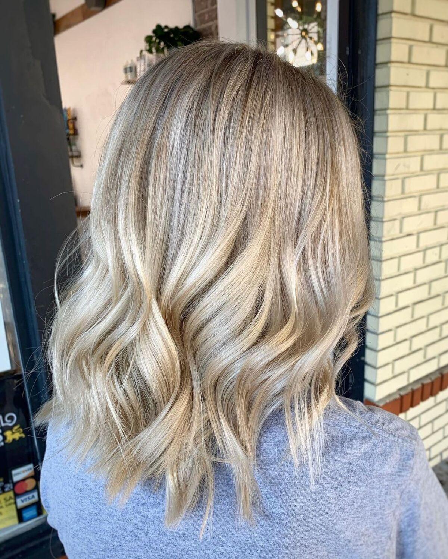 Mèches de champagne sur cheveux blonds