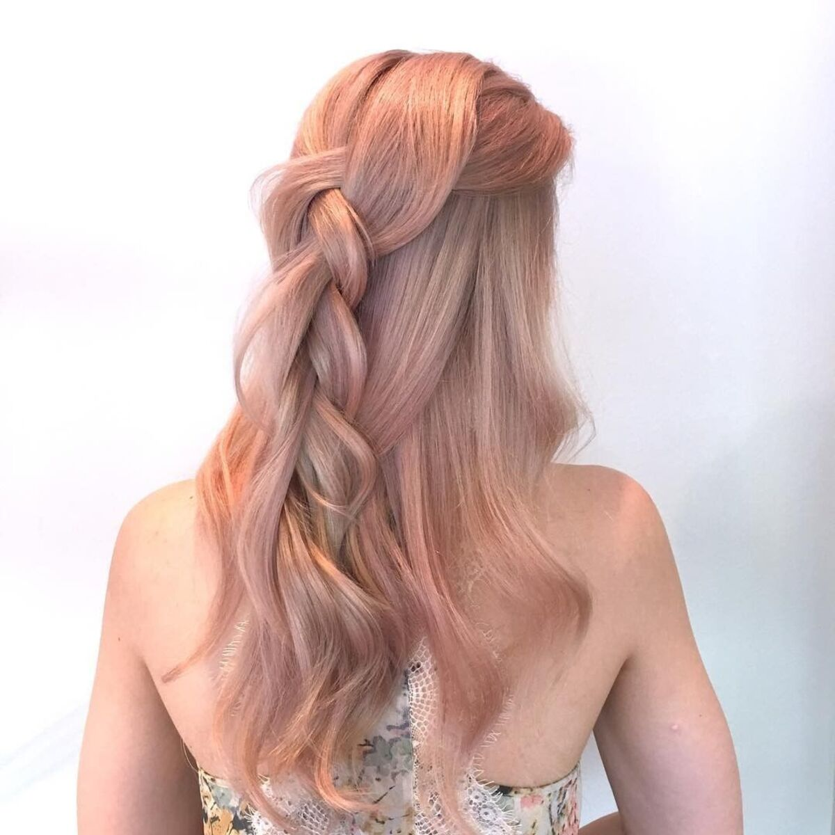Cheveux blonds rose champagne