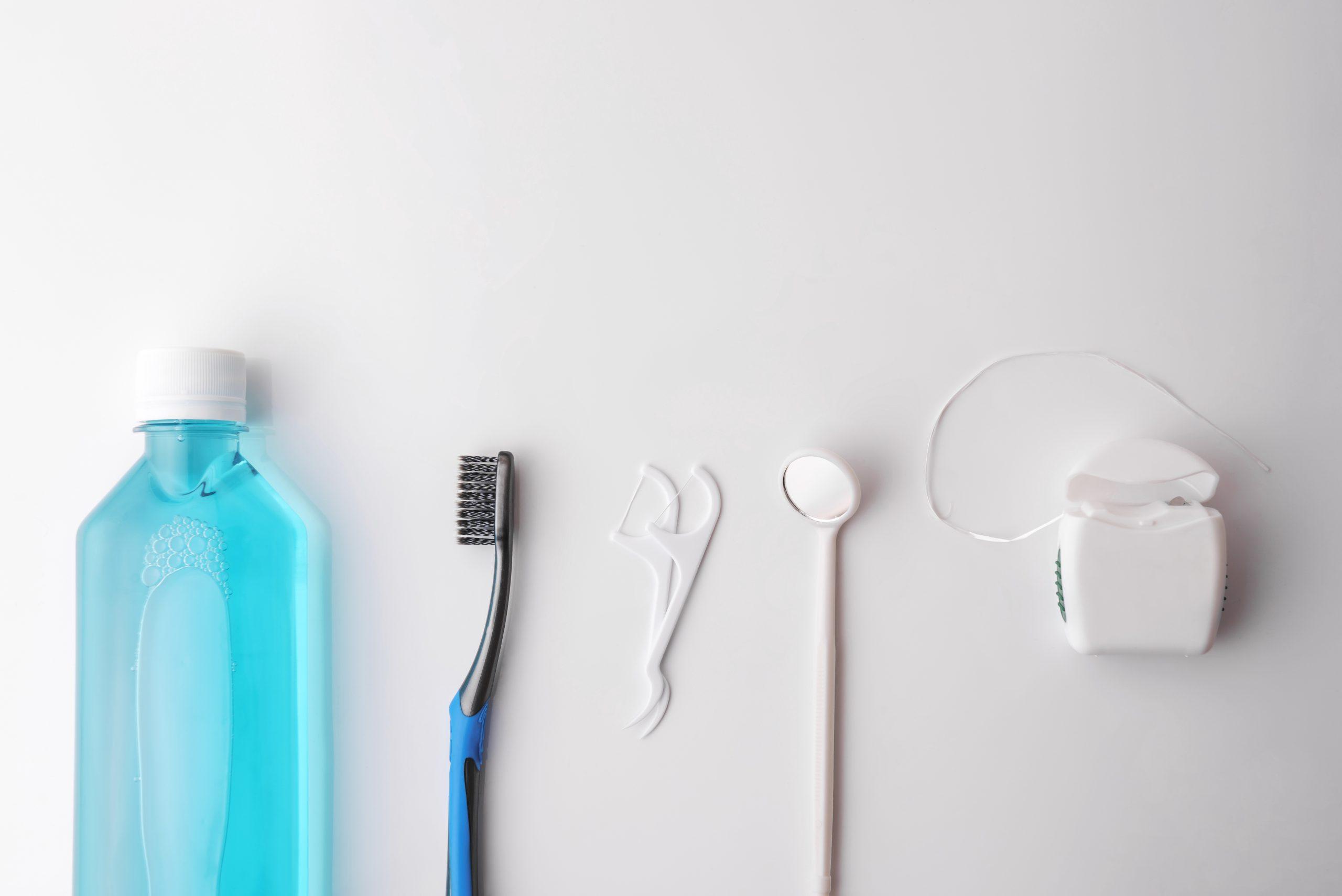 Bain de bouche, brosse à dents, fil dentaire...