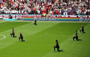 Des membres de l'équipe de football allemande s'agenouillent avant le coup de sifflet lors du match de l'Euro 2020 Angleterre contre Allemagne.
