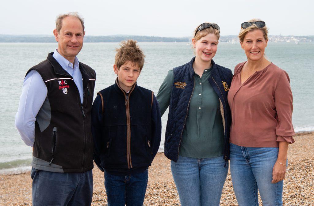 Le Prince Edward, Comte de Wessex, Sophie, Comtesse de Wessex, James, Vicomte Severn et Lady Louise Windsor participent au Great British Beach Clean.