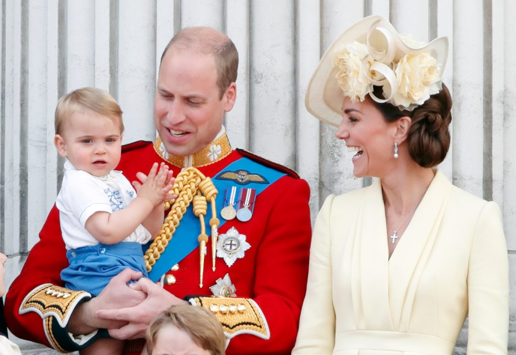 Le Prince William, Duc de Cambridge, Catherine, Duchesse de Cambridge et le Prince Louis de Cambridge se tiennent sur le balcon du Palais de Buckingham pendant le Trooping The Colour.