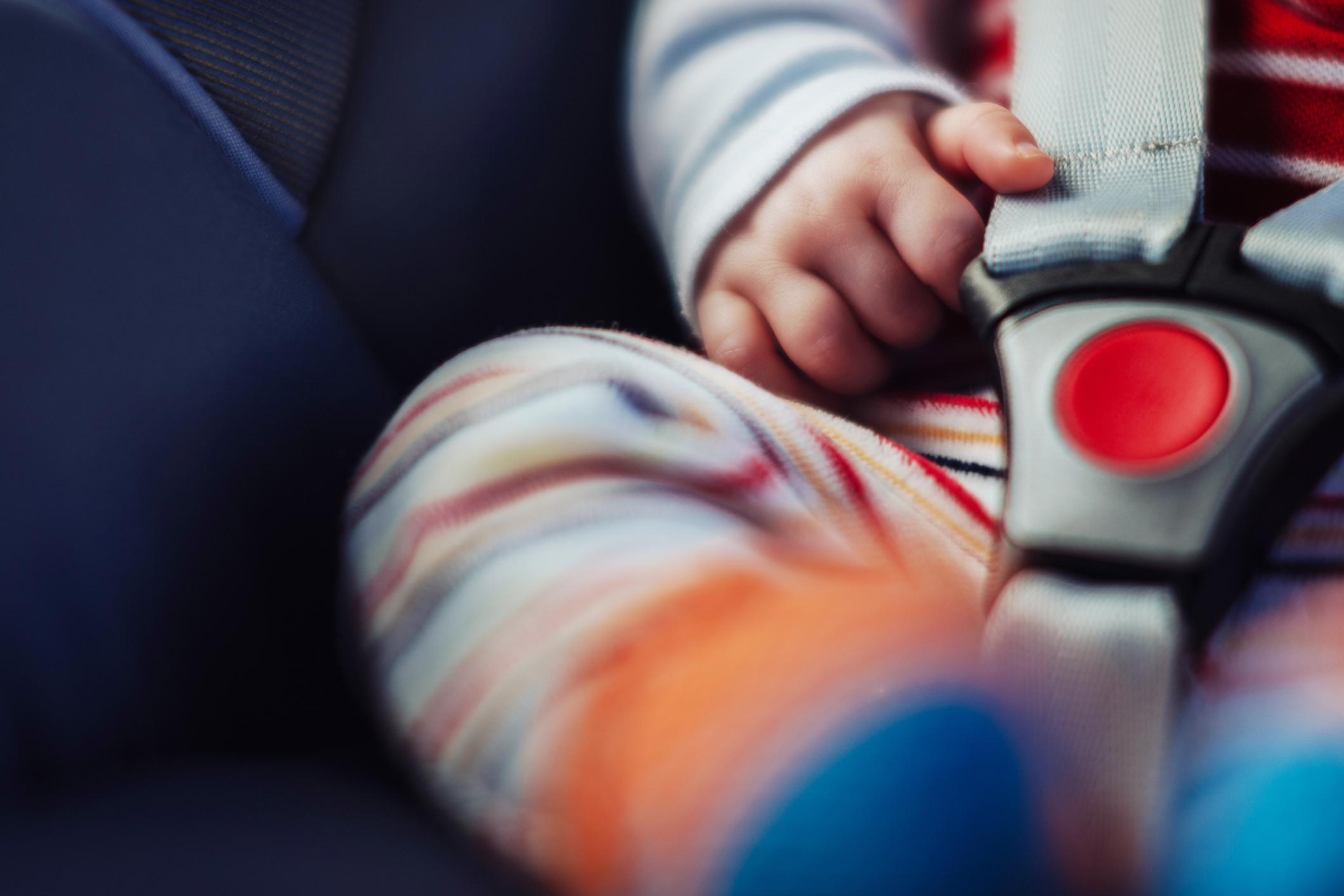 Un bébé dans un siège auto