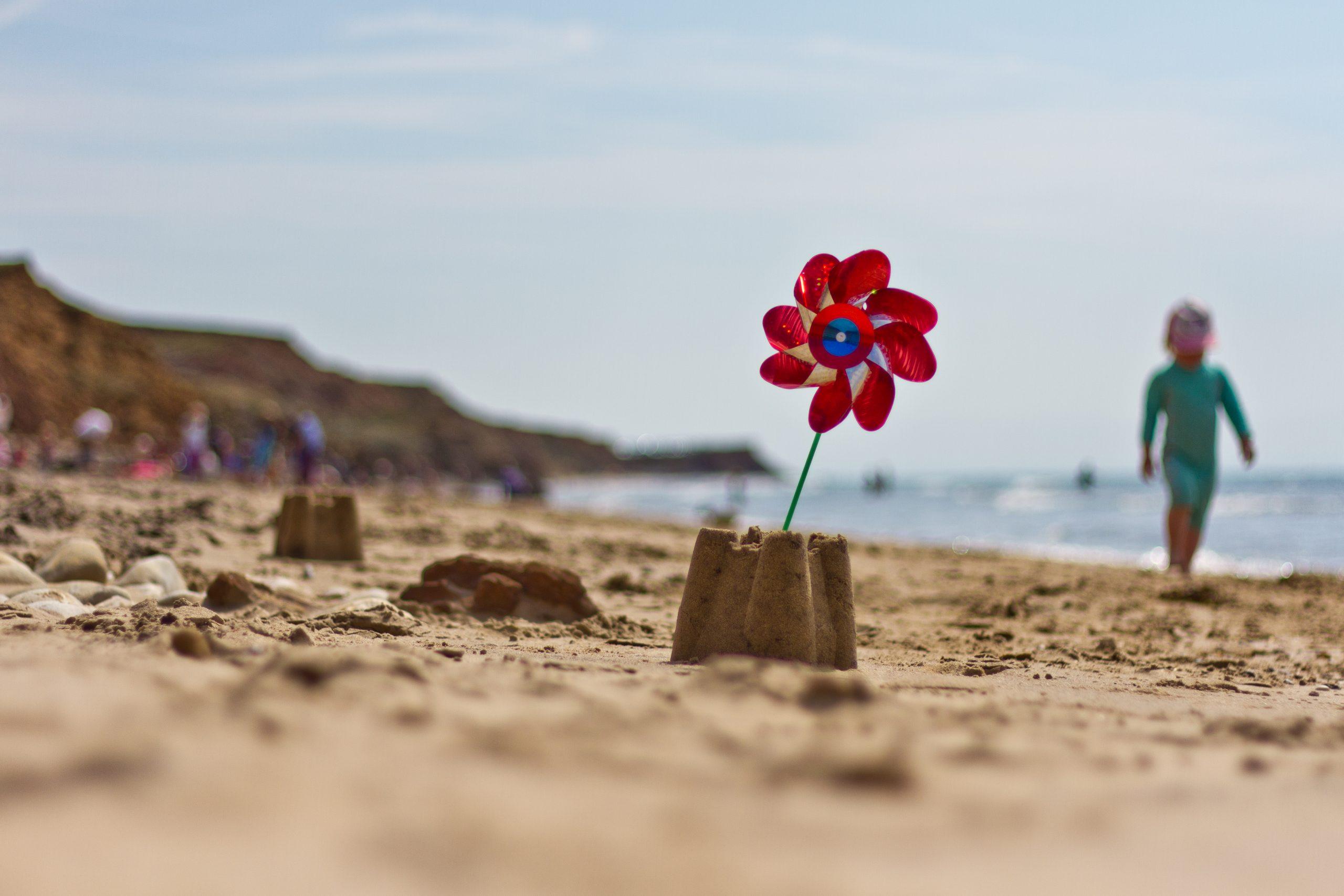 Un moulin à vent de plage dans le sable