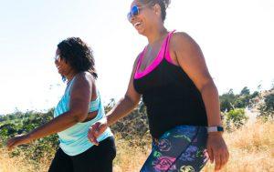 Deux femmes riant et marchant