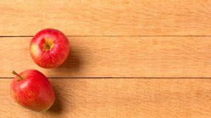 Deux pommes sur fond de bois