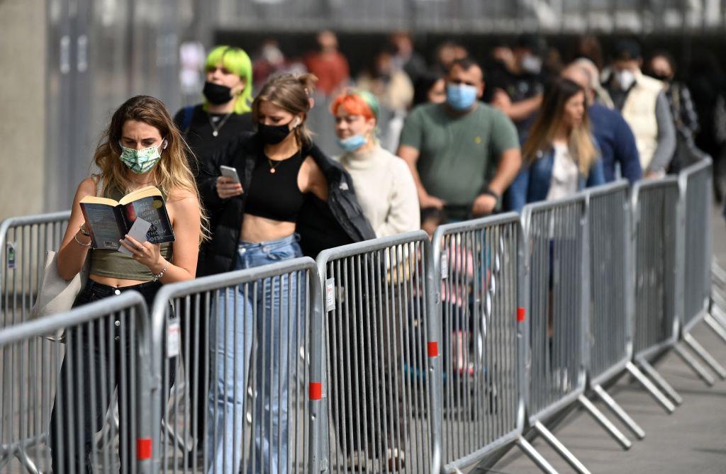 Des personnes font la queue pour recevoir leur deuxième vaccin Covid.