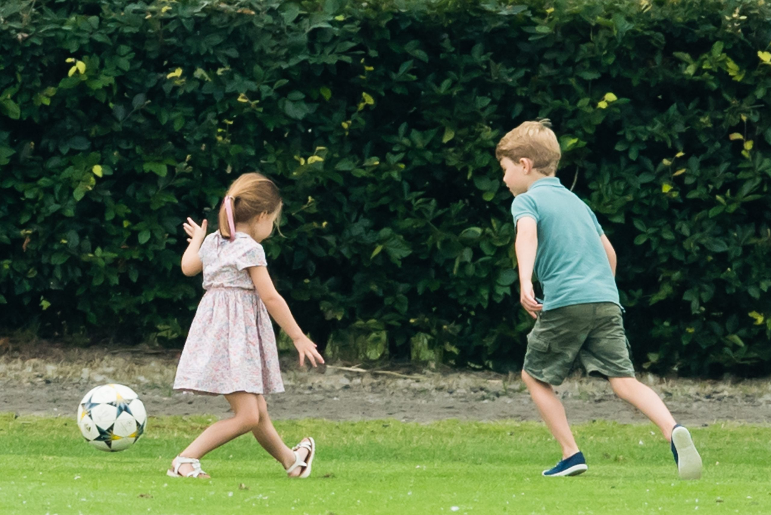 Le Prince George et la Princesse Charlotte jouant au football