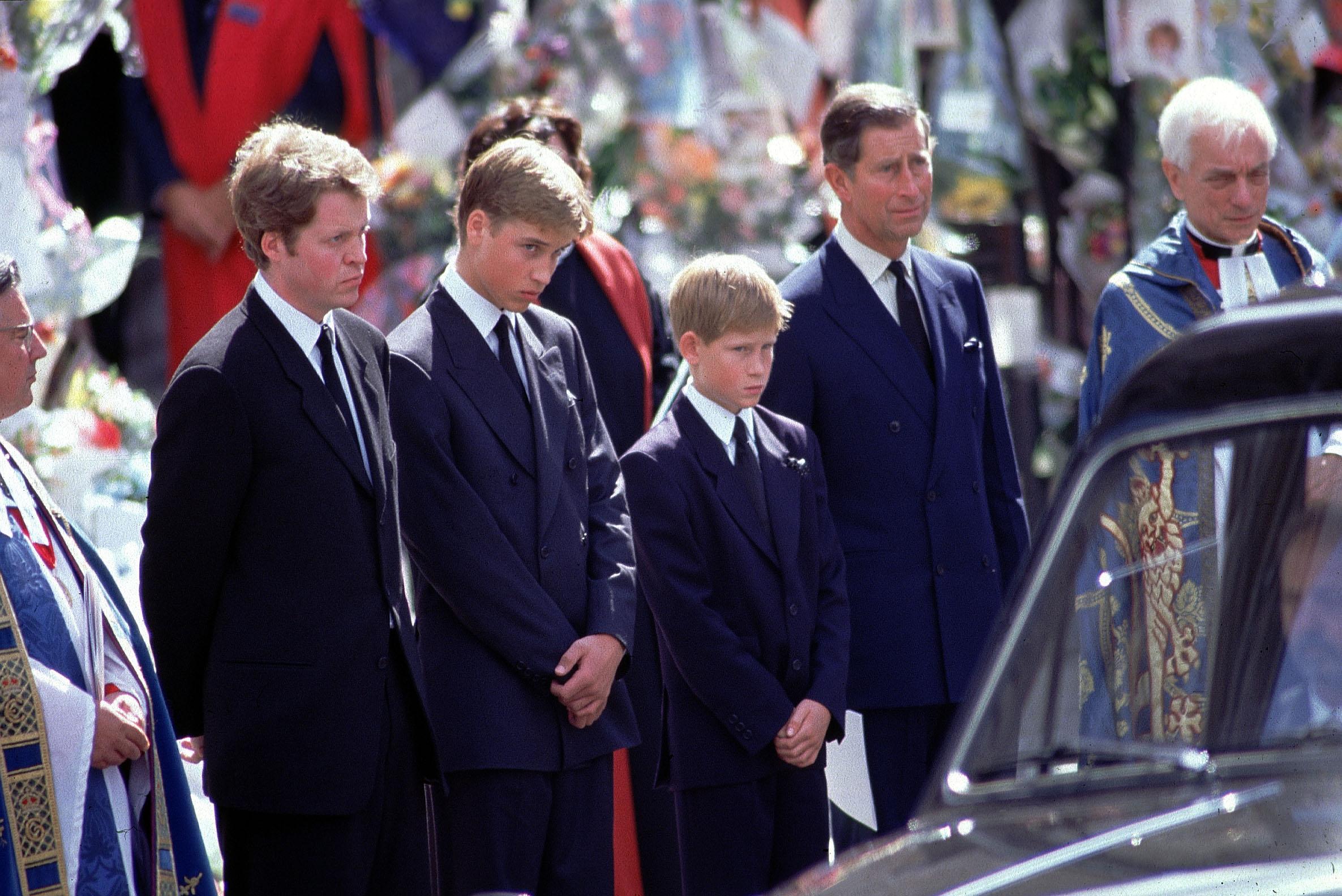 Le Prince William et le Prince Harry avec leur père le Prince Charles et leur oncle Charles Spencer aux funérailles de la Princesse Diana.