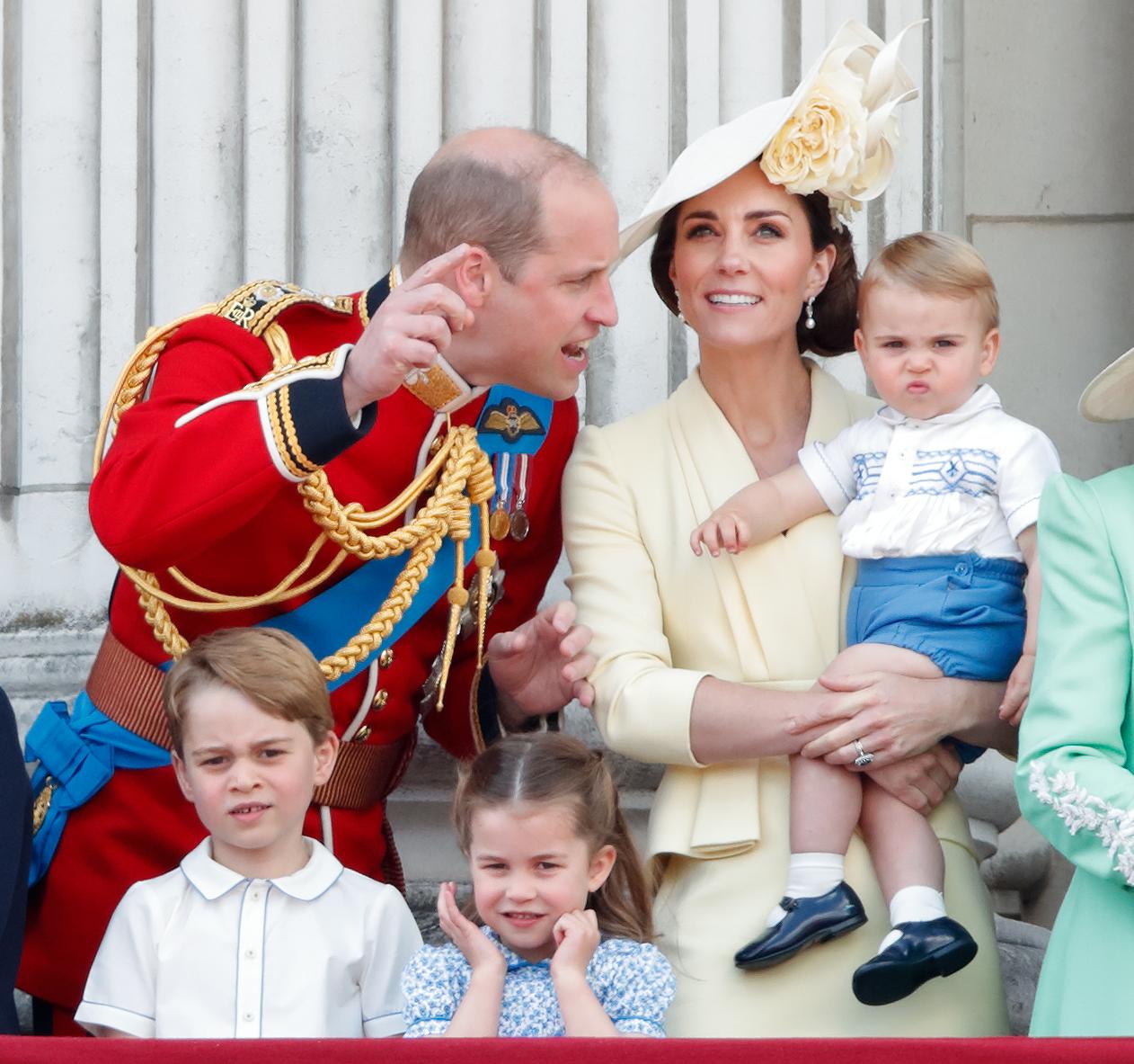Le prince George avec la princesse Charlotte, le prince Louis et leurs parents, le duc et la duchesse de Cambridge.