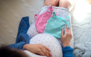Une-femme-grossesse-avec-des-jumeaux-regardant-des-tailleurs-de-jumeaux-