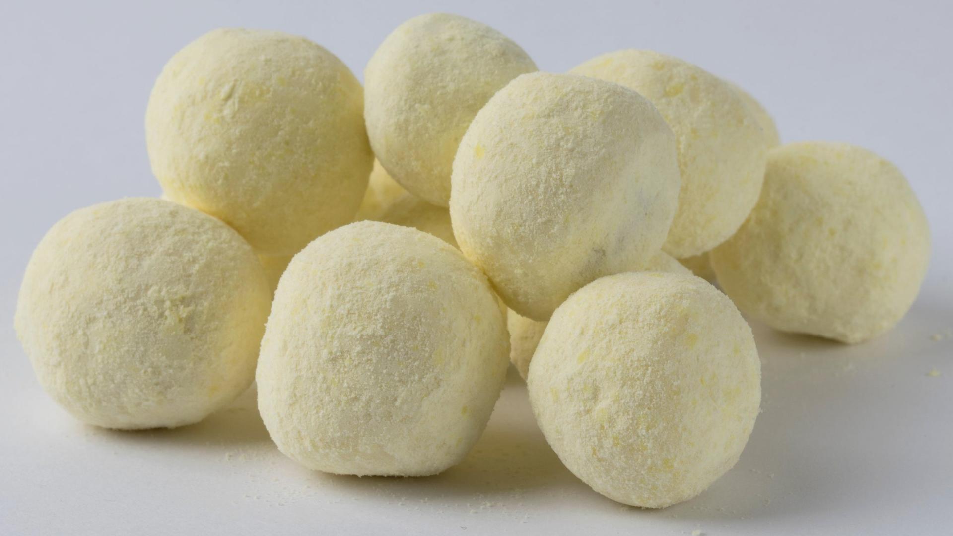 Des bonbons au citron sur un fond blanc