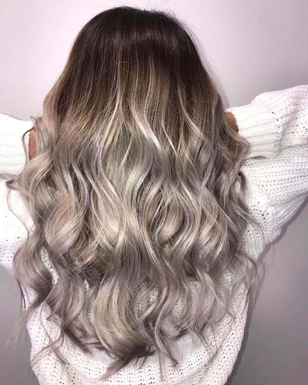 Coiffure ombrée de brun acajou à blond platine
