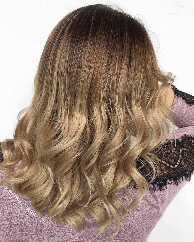 Style ombre brun miel des racines au blond