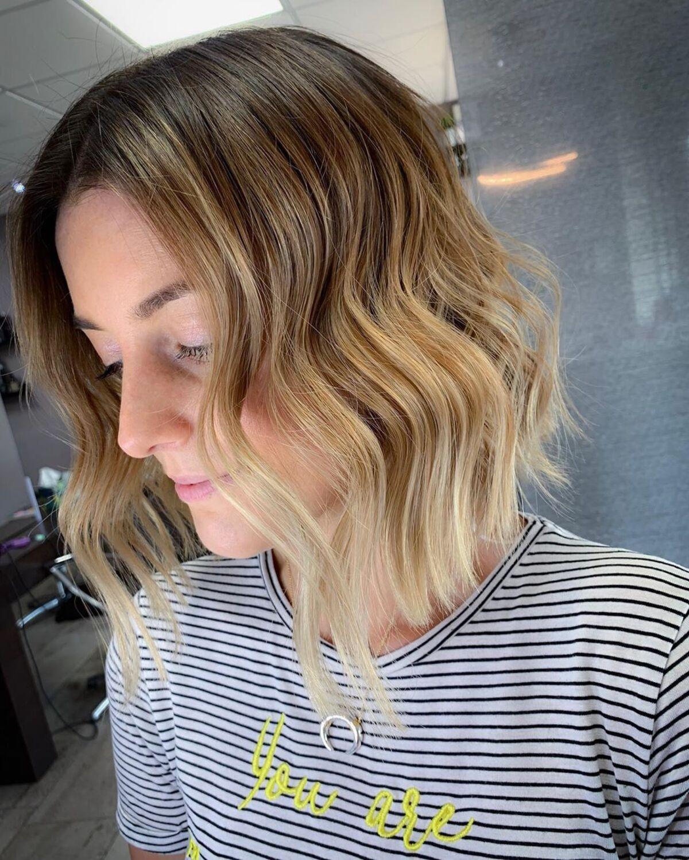 Coiffure courte brune foncée à blond ocré