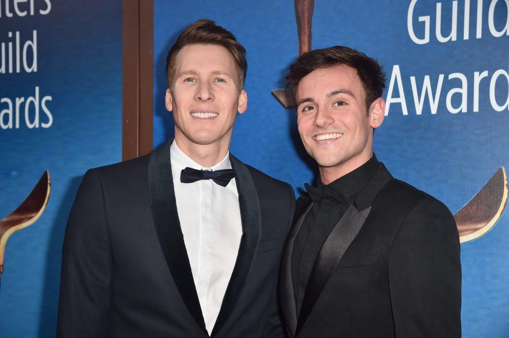Dustin Lance Black et Tom Daley assistent à la cérémonie des Writers Guild Awards 2018 à Los Angeles.