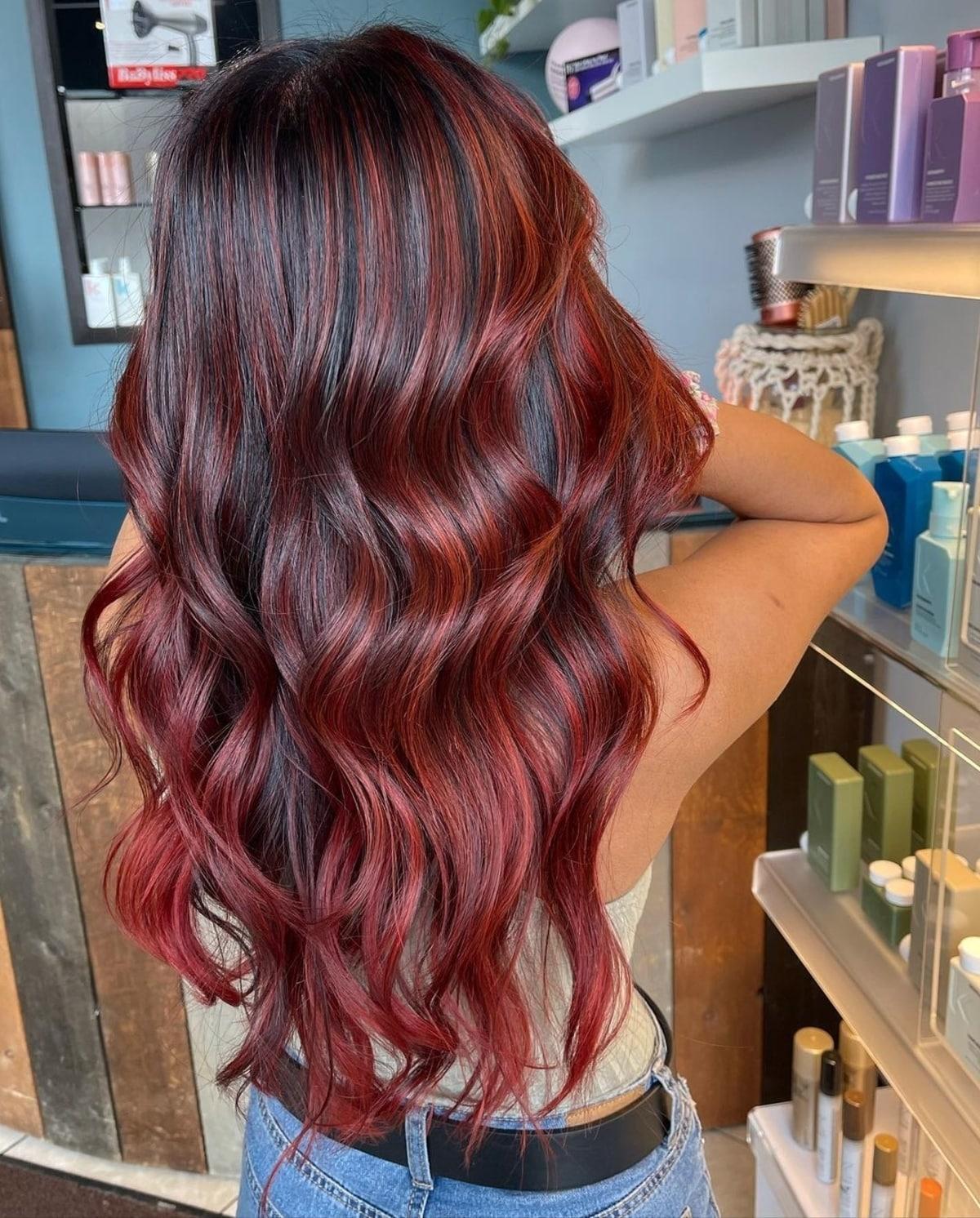 Rouge profond sur cheveux noirs