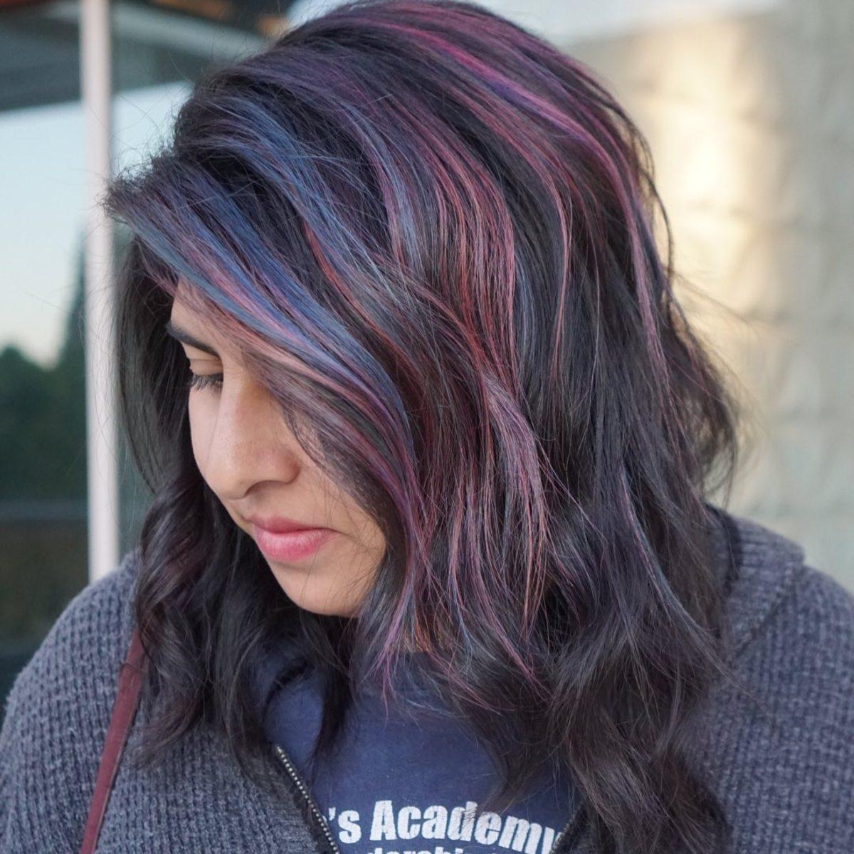 Mélange d'accents rouges et bleus sur une crinière mi-longue