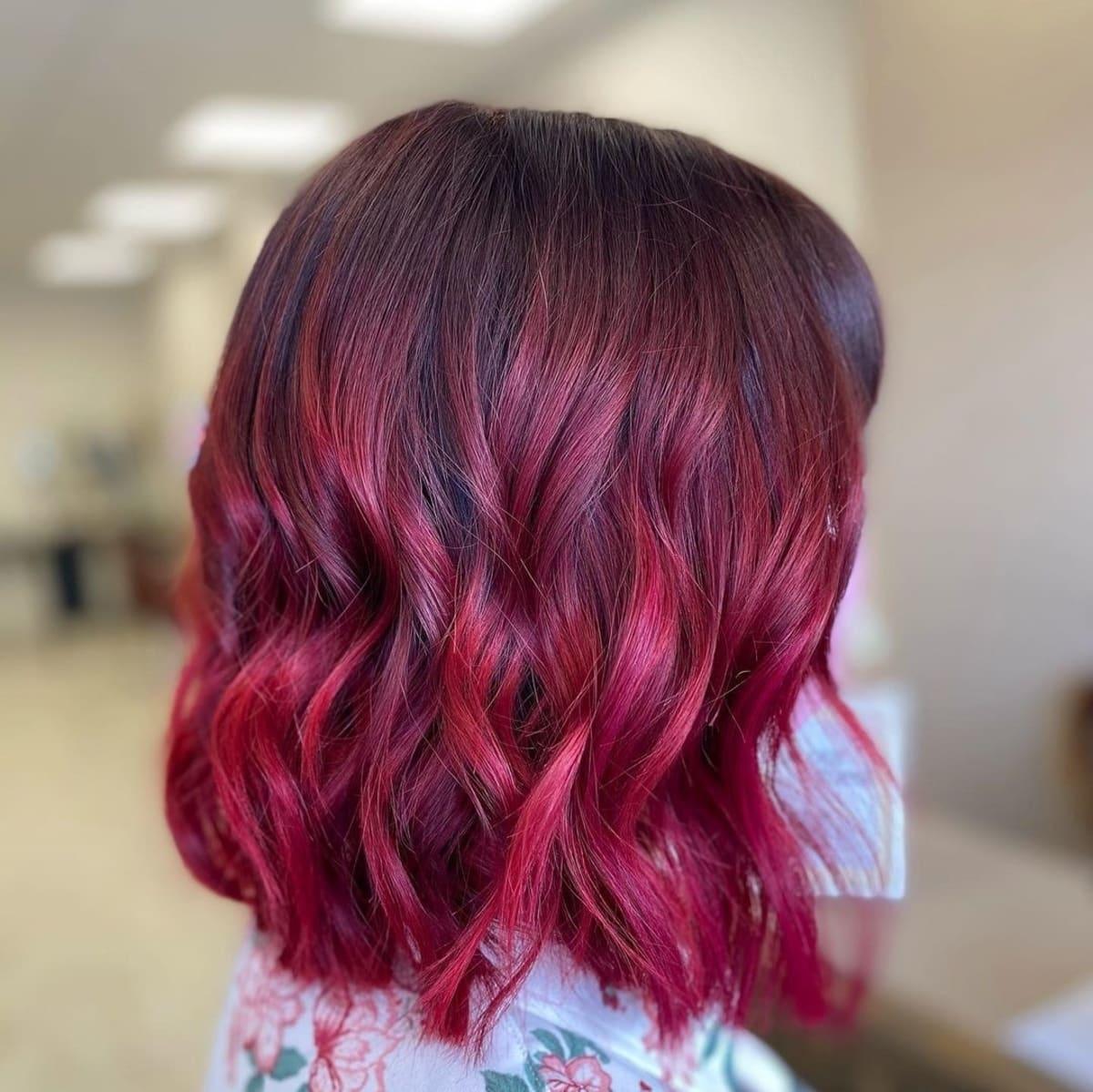 Mèches de cheveux rouge cerise