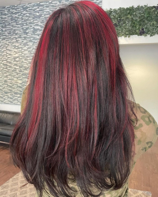 Mèches rouge clair sur cheveux noirs