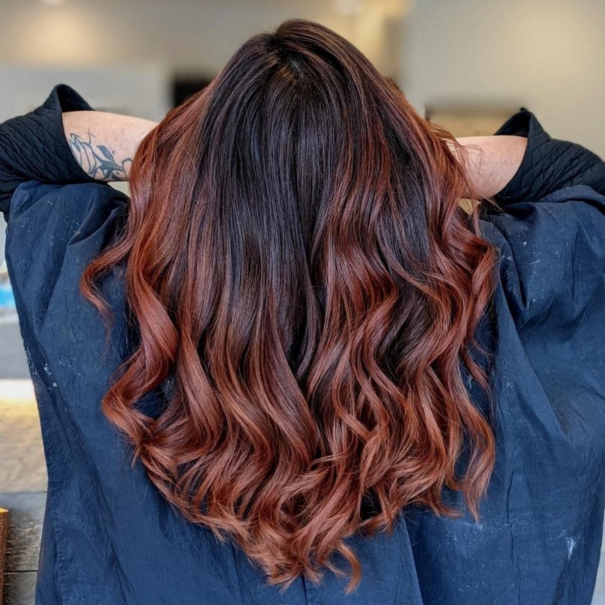 Mèches auburn sur cheveux foncés