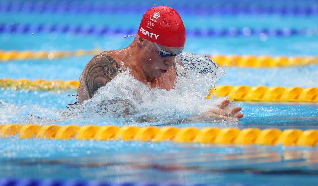 Adam Peaty (Grande-Bretagne) participe à la finale du 100 m brasse hommes lors de la troisième journée des Jeux olympiques de Tokyo 2020.