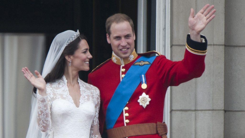 Le Prince William et son épouse Kate Middleton, qui a reçu le titre de duchesse de Cambridge, sur le balcon du Palais de Buckingham, à Londres, après leur mariage à l'Abbaye de Westminster.