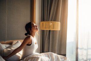 Femme se réveillant