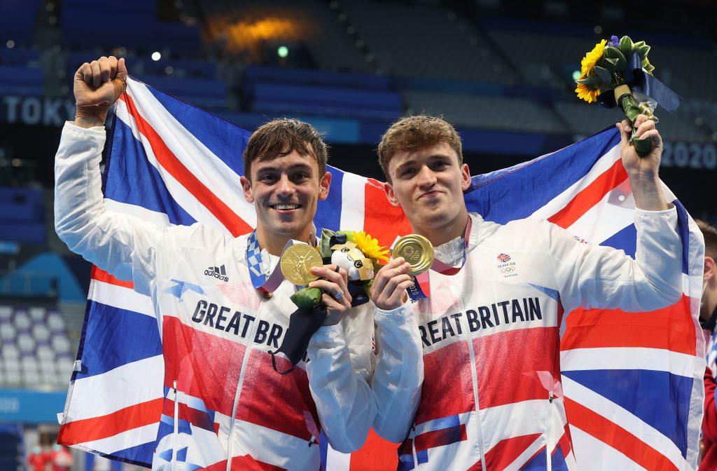 Thomas Daley et Matty Lee de l'équipe de Grande-Bretagne posent pour les photographes avec leurs médailles d'or après avoir remporté la finale de la plateforme masculine synchronisée de 10 m.