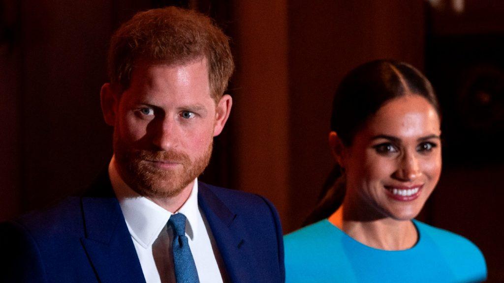 Le prince Harry, duc de Sussex (à gauche), et Meghan, duchesse de Sussex, quittent la salle après avoir assisté à la remise des prix Endeavour Fund à Mansion House, à Londres, le 5 mars 2020.