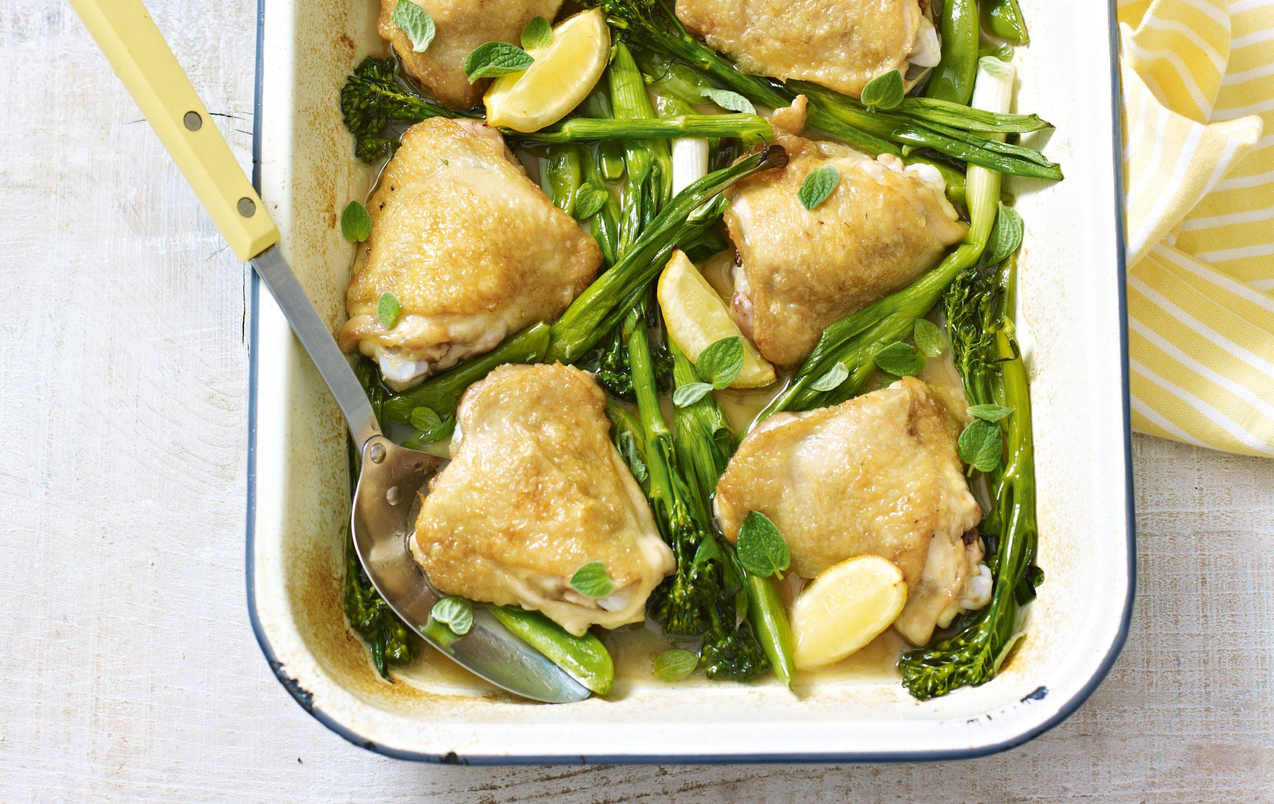Barquette de poulet de printemps avec légumes verts, repas hypocaloriques